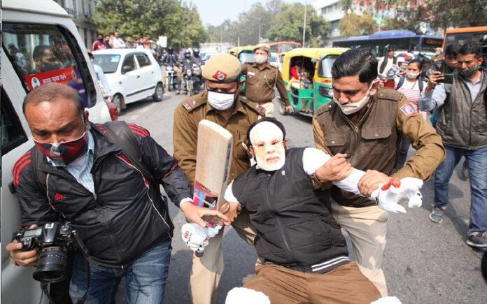 ದೆಹಲಿ: ಪೆಟ್ರೋಲ್ ಬೆಲೆ ಏರಿಕೆ ಖಂಡಿಸಿ ಯೂತ್ ಕಾಂಗ್ರೆಸ್ ಪ್ರತಿಭಟನೆ