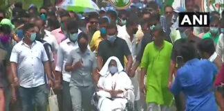 ನಂದಿಗ್ರಾಮ: ವೀಲ್ಚೇರ್ನಲ್ಲಿಯೇ ರ್ಯಾಲಿ ನಡೆಸುತ್ತಿರುವ ಮಮತಾ ಬ್ಯಾನರ್ಜಿ