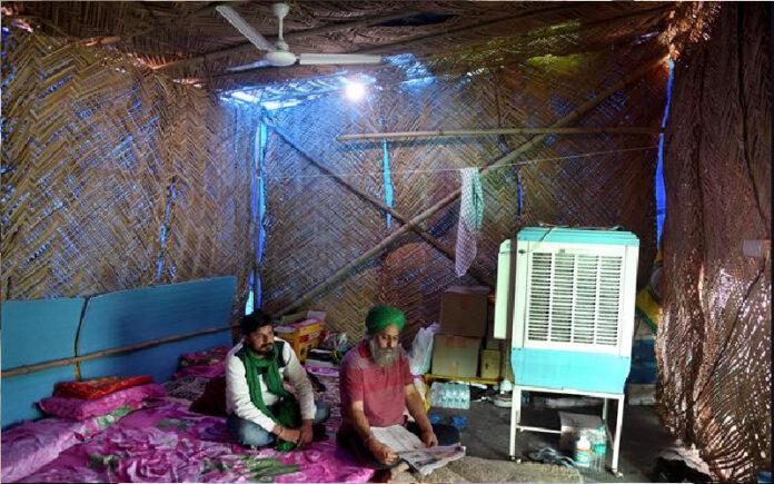 ರೈತ ಹೋರಾಟ: ಸುಗ್ಗಿಗೆ ಹೊರಟ ಟ್ಯ್ರಾಲಿಗಳು, ನಿರ್ಮಾಣಗೊಂಡ ಹುಲ್ಲಿನ ಗುಡಿಸಲು, ಶೆಡ್ಗಳು