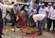 ಬೆಂಗಳೂರು: ರಸ್ತೆ ಗುಂಡಿಗಳಿಗೆ ಹೂವು, ರಂಗೋಲಿ ಹಾಕಿ ಹಬ್ಬ ಮಾಡಿದ ಎಎಪಿ